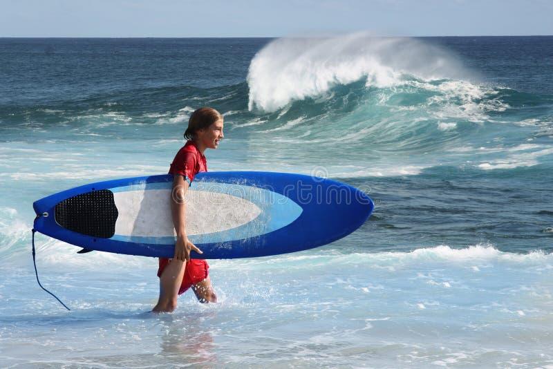 Молодой серфер стоковая фотография rf