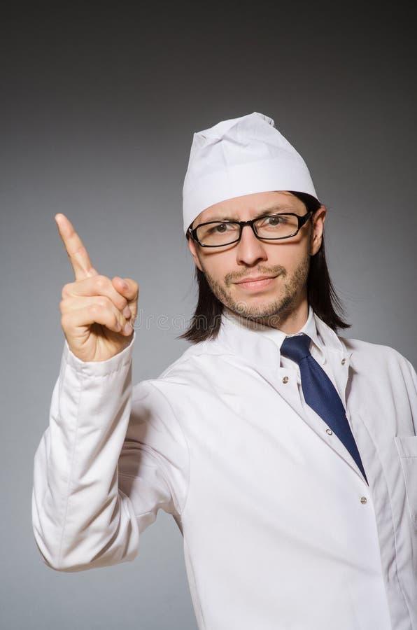 Молодой серьезный указывать медицинского работника стоковая фотография rf
