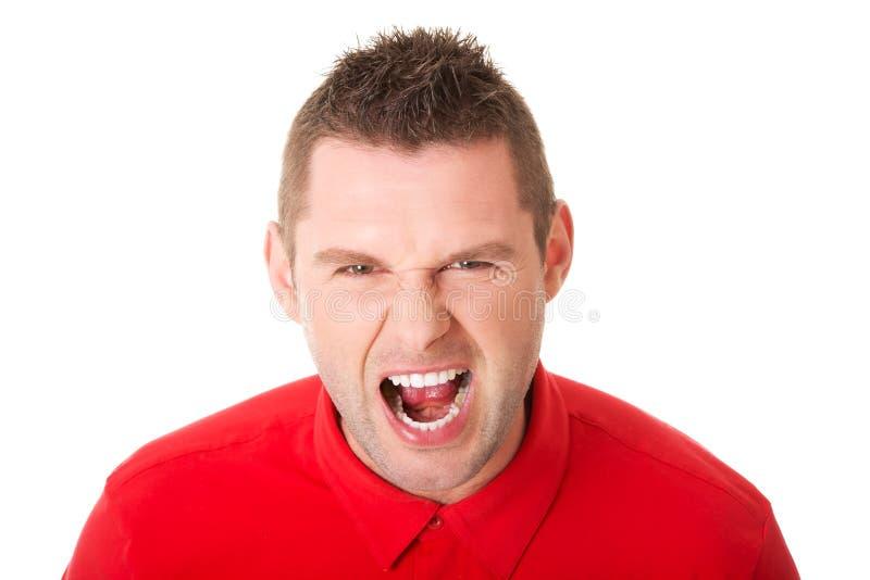 Молодой сердитый человек кричащий стоковые фотографии rf