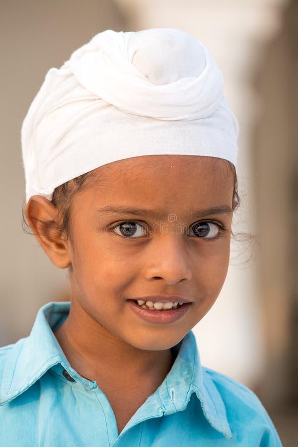 Молодой сикхский мальчик посещая золотой висок в Амритсаре, Пенджабе, Индии стоковая фотография rf