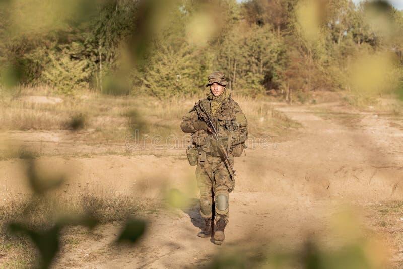 Молодой солдат на патруле стоковые изображения