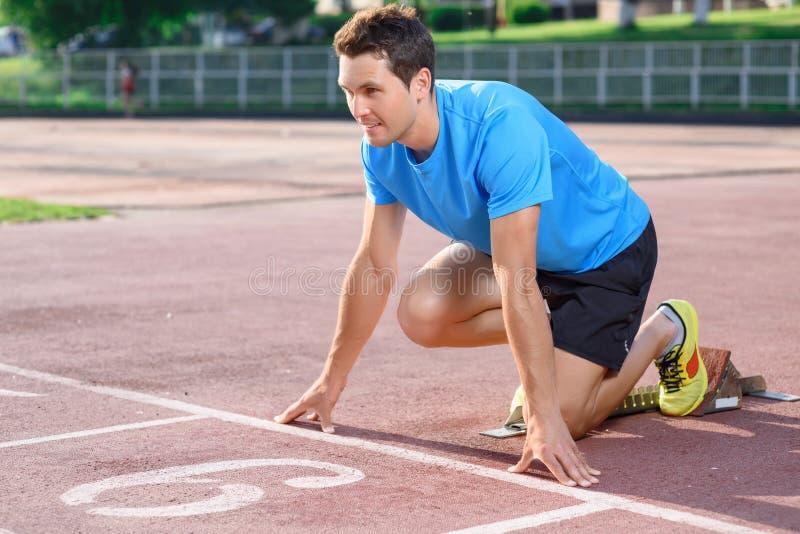 Молодой спортсмен идя побежать стоковая фотография