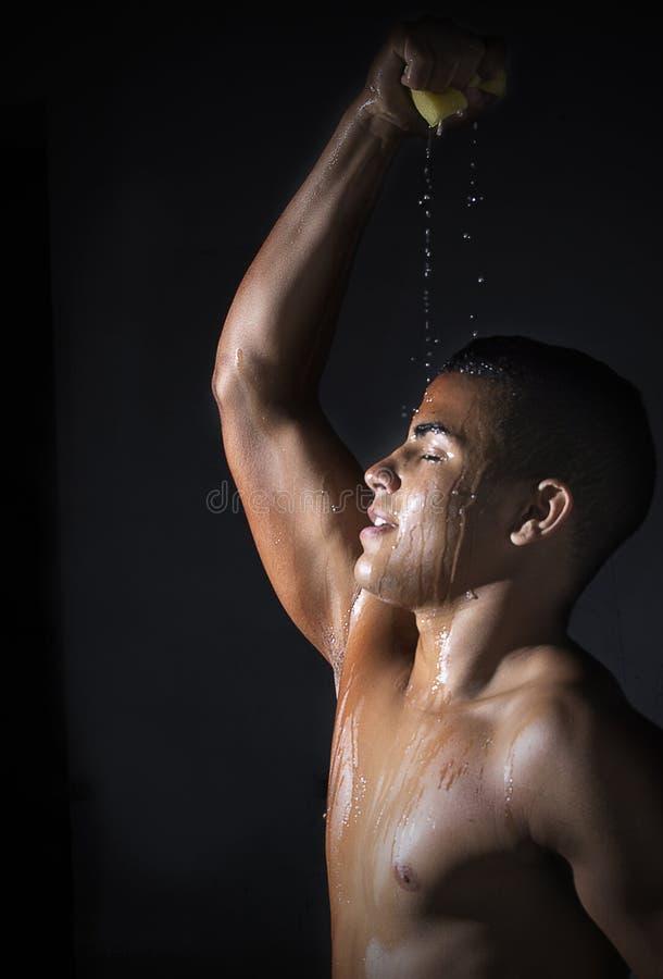 Молодой спортсмен охлаждает стоковое изображение rf