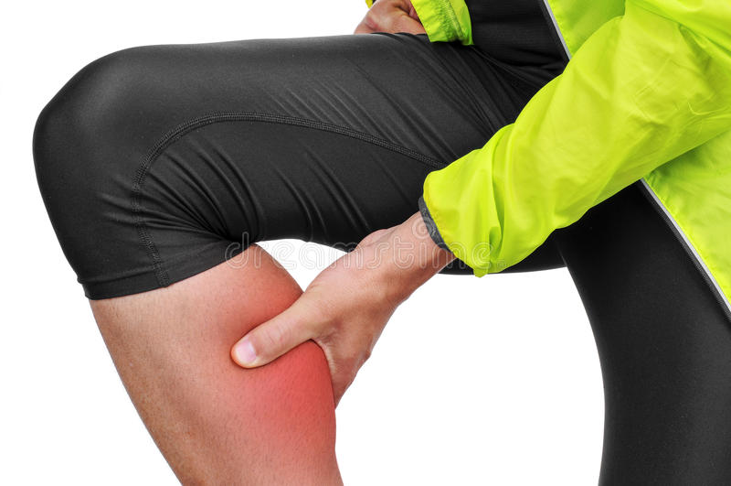 Молодой спортсмен с болью в его икре стоковое фото