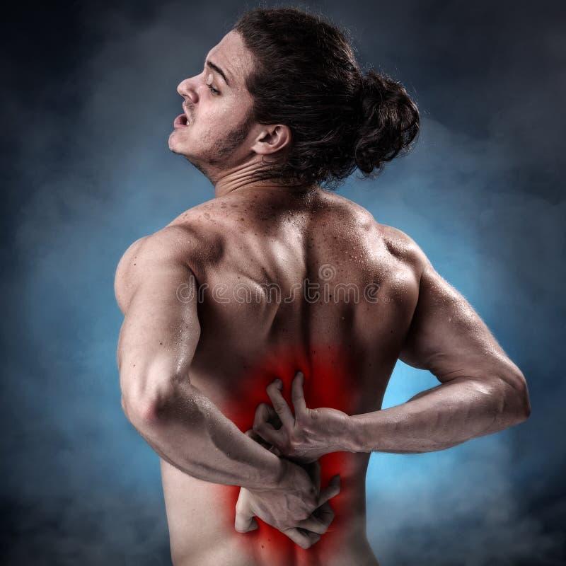 Молодой спортсмен с тягостным приступом боли стоковая фотография rf