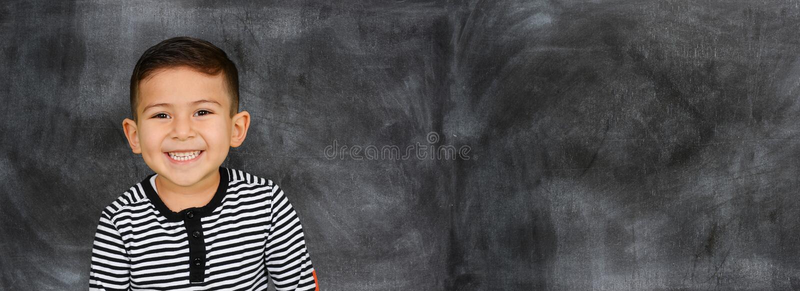Молодой студент идя классифицировать на школе стоковое изображение rf
