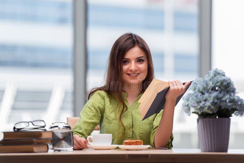 Молодой студент подготавливая для экзаменов выпивая чай стоковые фотографии rf