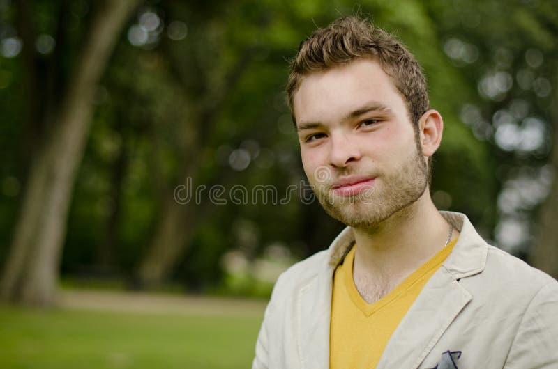 Молодой студент с счастливой стороной и элегантными одеждами стоковая фотография rf