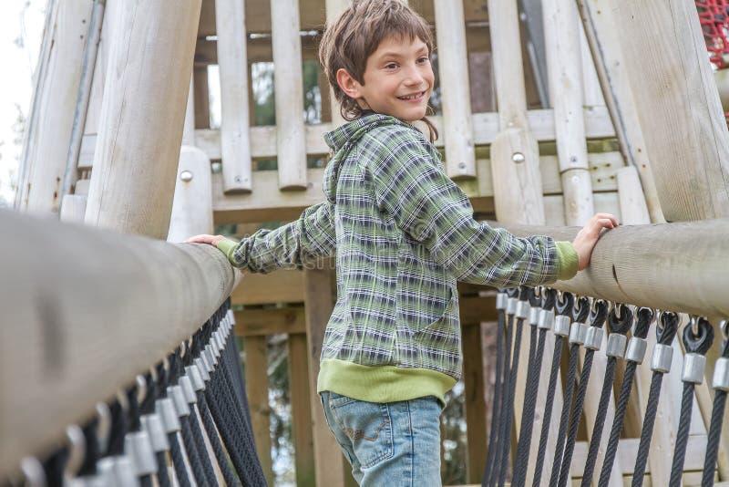 Молодой счастливый мальчик на спортивной площадке стоковые фото