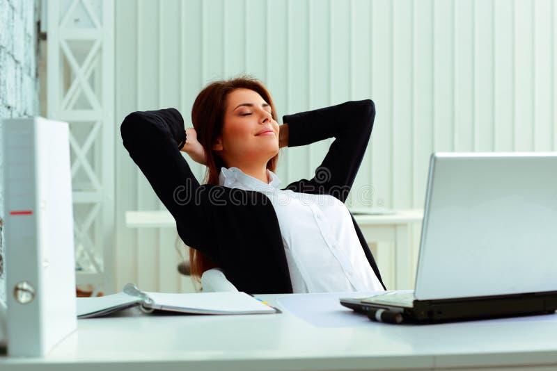 Молодой счастливый отдыхать коммерсантки стоковое изображение