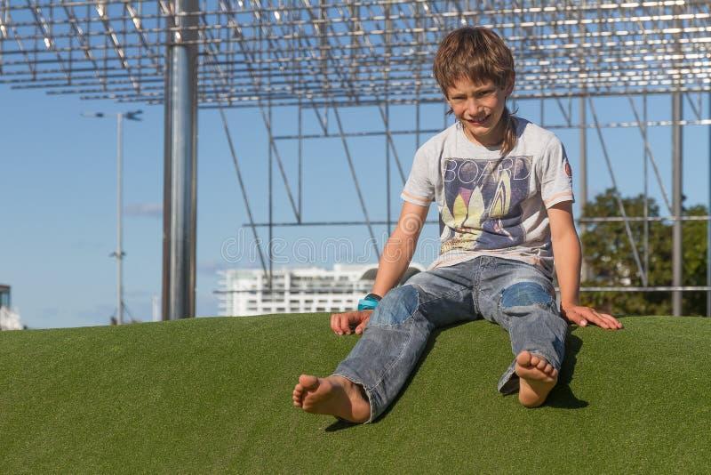 Молодой счастливый ребенк имея потеху outdoors стоковая фотография rf