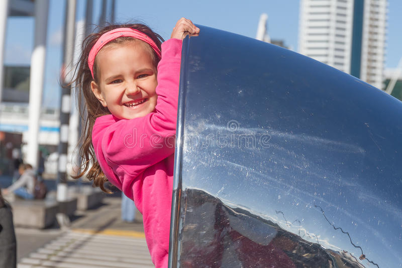 Молодой счастливый ребенк имея потеху outdoors стоковое изображение