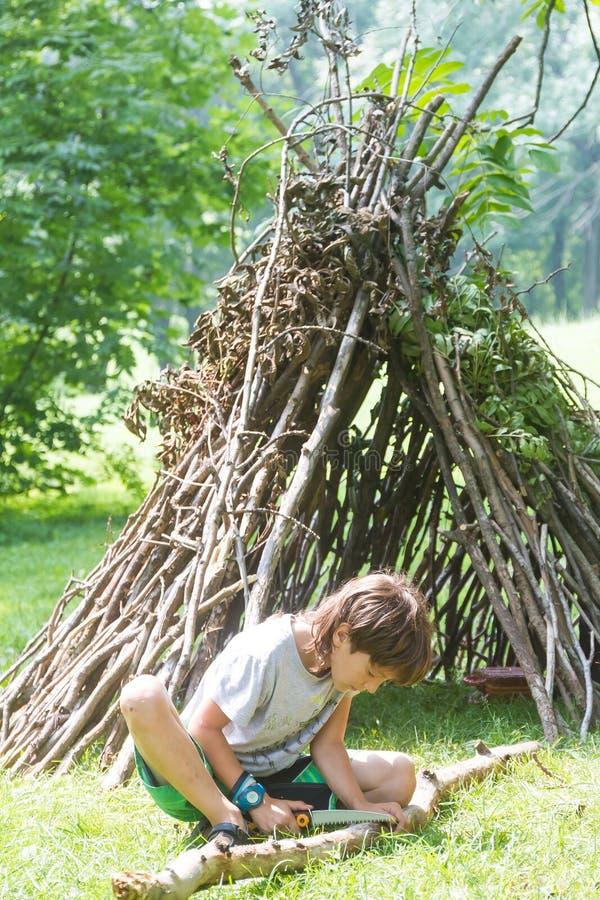 Молодой счастливый ребенк имея потеху outdoors стоковые фото