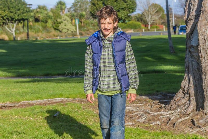 Молодой счастливый ребенк имея потеху outdoors стоковое фото