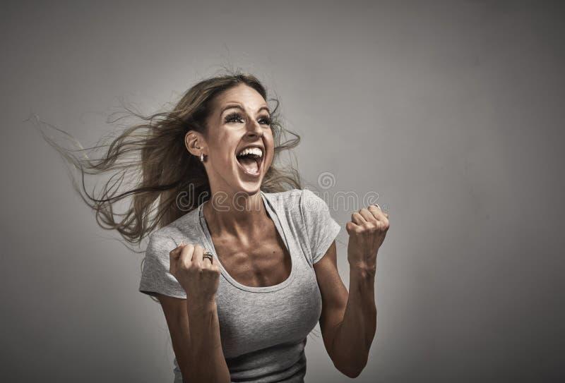 Молодой счастливый смеясь над портрет девушки стоковые фотографии rf