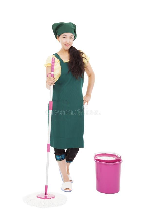 Молодой счастливый уборщик домохозяйки изолированный на белизне стоковое изображение rf