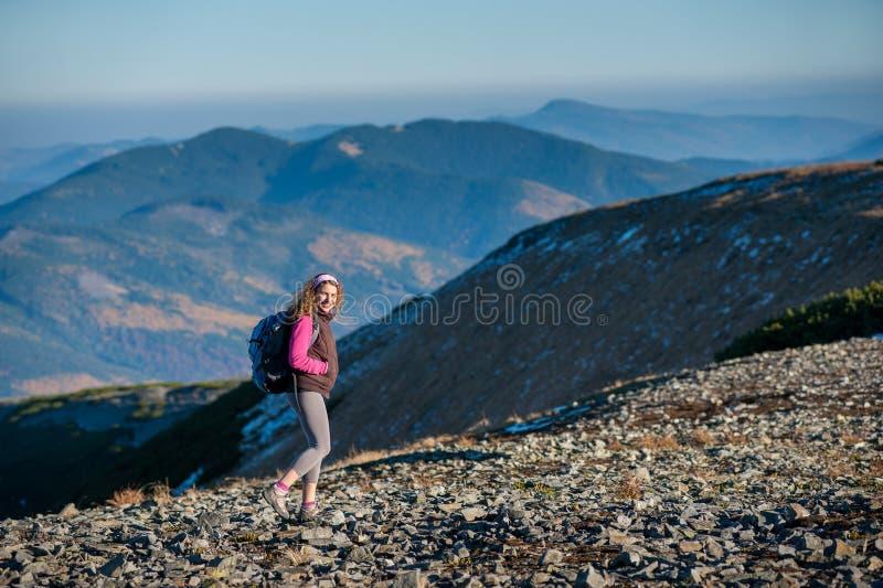 Молодой счастливый hiker женщины идет на гору Платона стоковое изображение rf