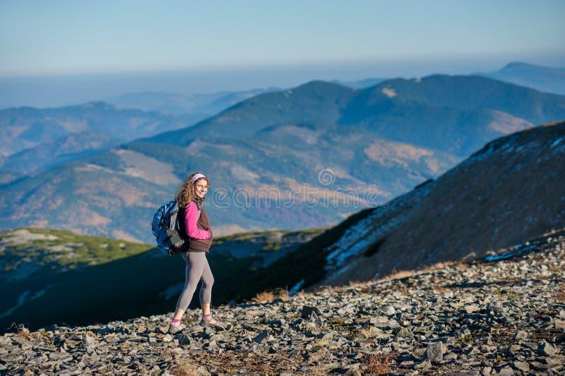 Молодой счастливый hiker женщины идет на гору Платона стоковые фотографии rf