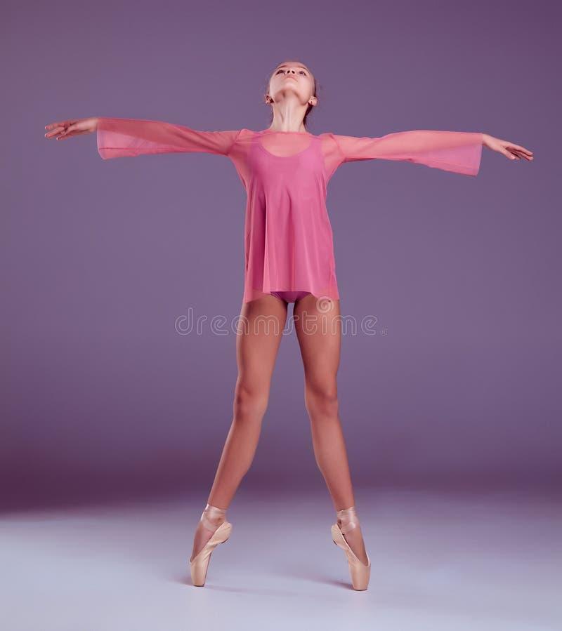 Молодой танцор балерины показывая ее методы стоковое фото