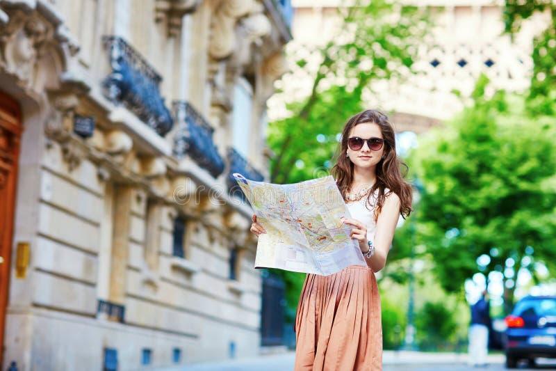 Молодой турист на улице Парижа стоковые изображения rf