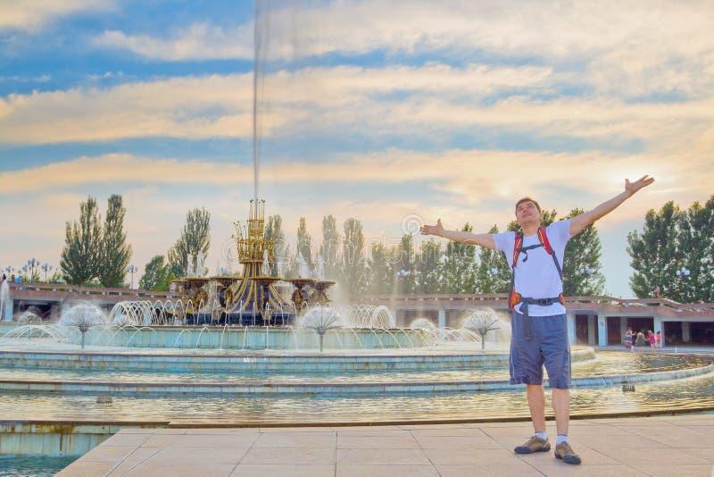 Молодой турист на фонтане в национальном парке, Алма-Ате стоковое изображение rf