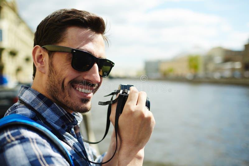 Молодой турист принимая фото визирований города стоковая фотография rf
