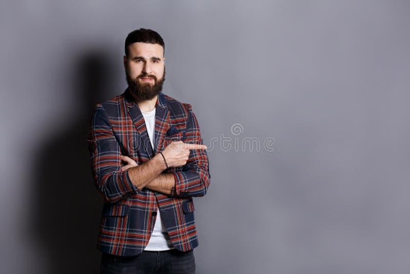 Молодой уверенно бородатый пункт битника прочь стоковые фото