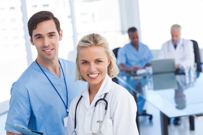 Молодой усмехаться докторов стоковое фото