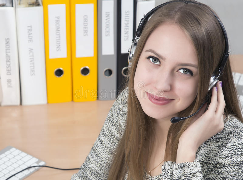 Молодой усмехаясь оператор работы с клиентом стоковые фото