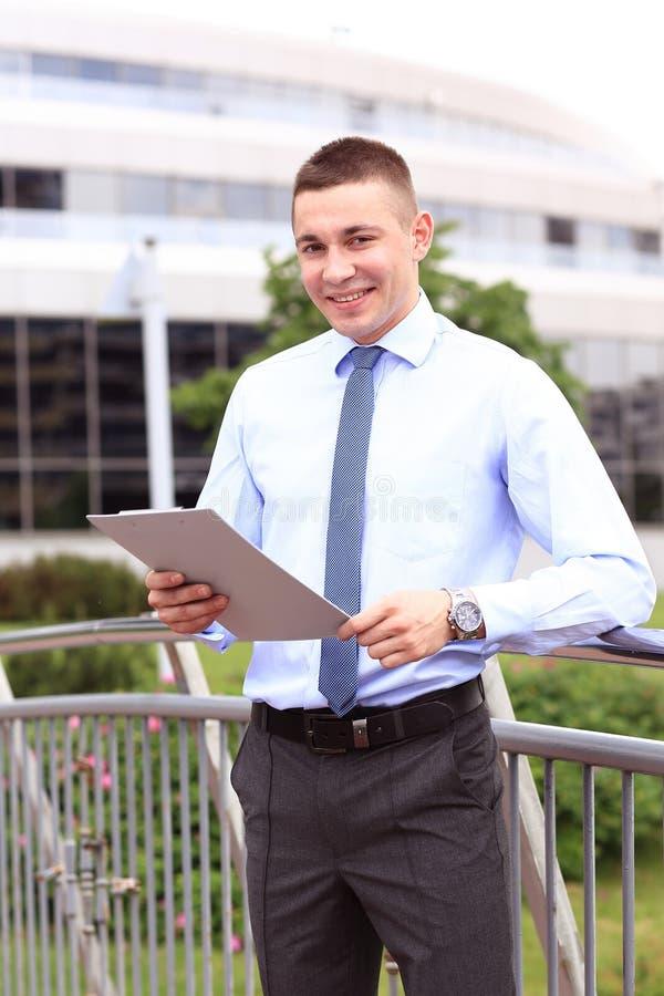 Молодой успешный бизнесмен с таблеткой outdoors стоковое изображение rf