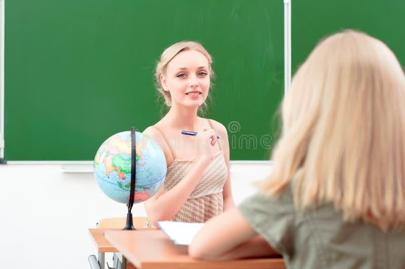 Молодой учитель в классе стоковая фотография