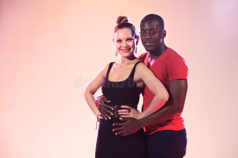 Молодой холодный чернокожий человек и белая женщина стоковые изображения rf