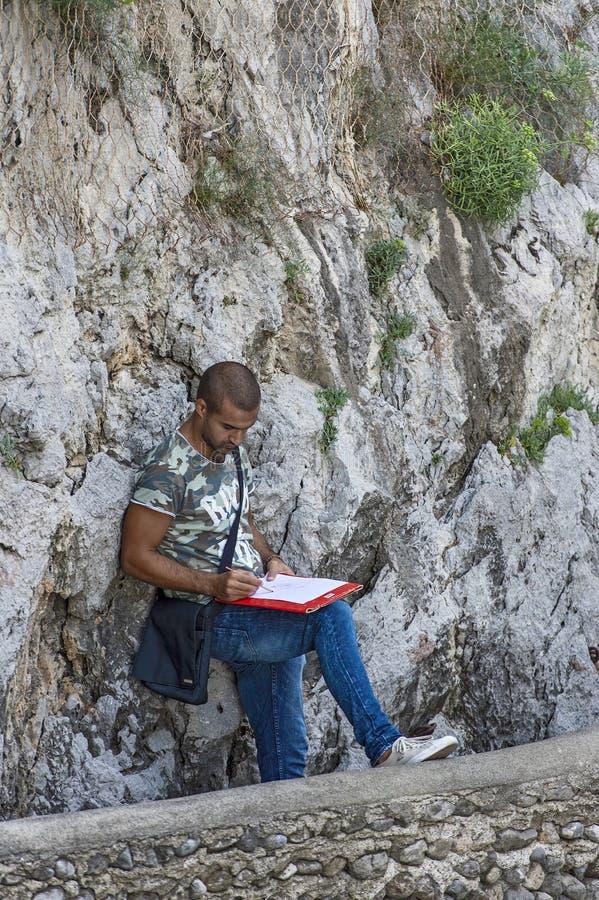 Молодой художник пока рисующ стоковое изображение rf