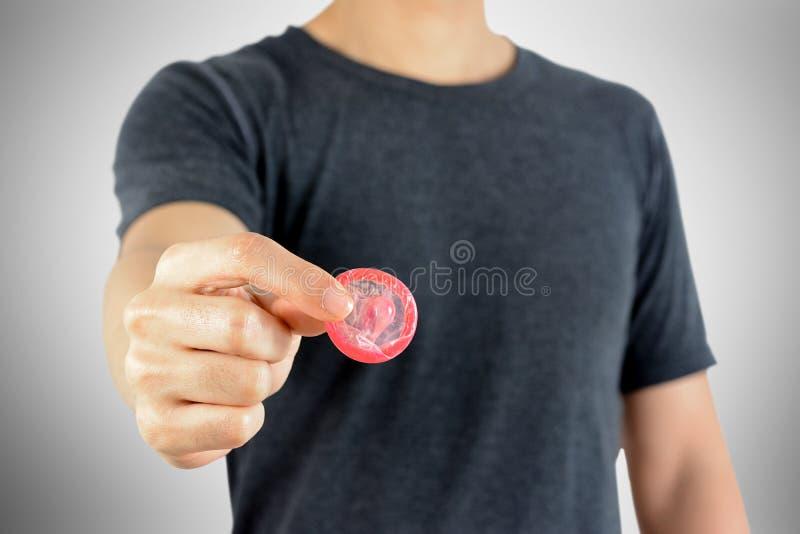 Молодой человек давая презерватив стоковая фотография