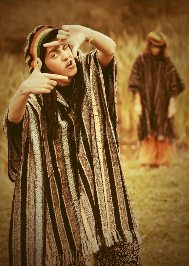 Молодой человек битника моды идя на природу стоковое изображение