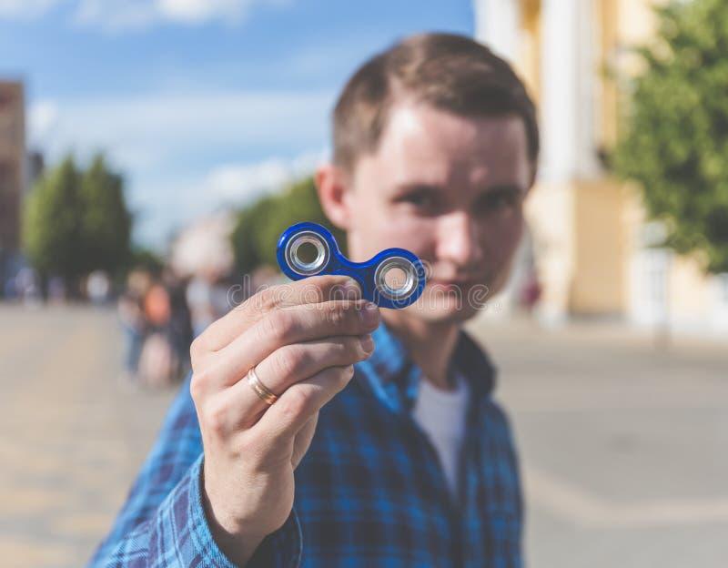 Молодой человек битника показывая к обтекателю втулки непоседы камеры стоковые изображения rf
