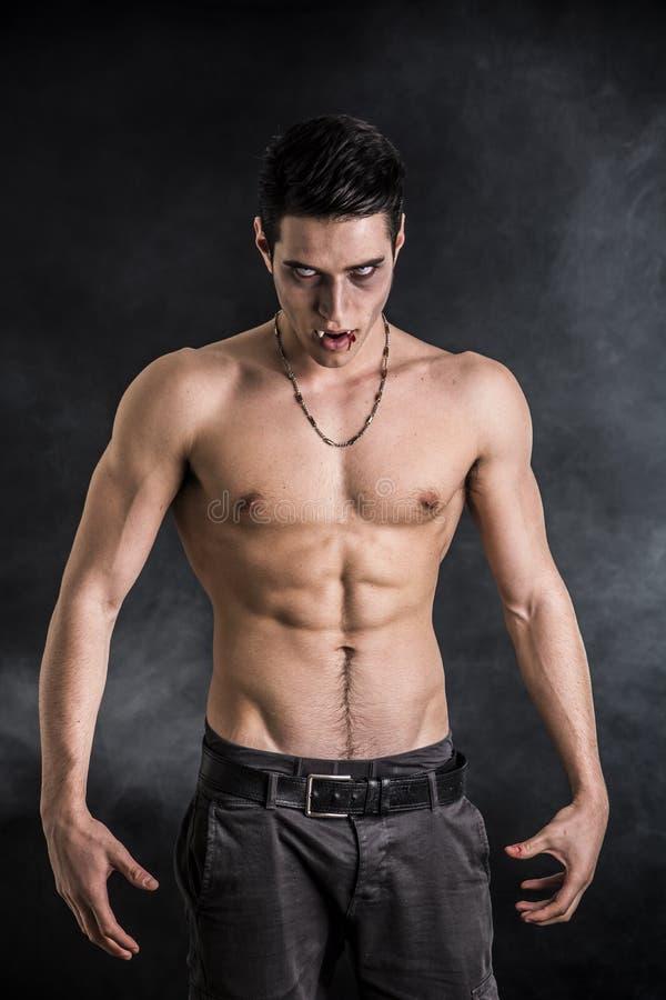 Молодой человек вампира без рубашки, показывающ жестами к камере стоковое фото