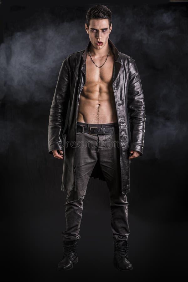 Молодой человек вампира в открытой черной кожаной куртке стоковое фото rf
