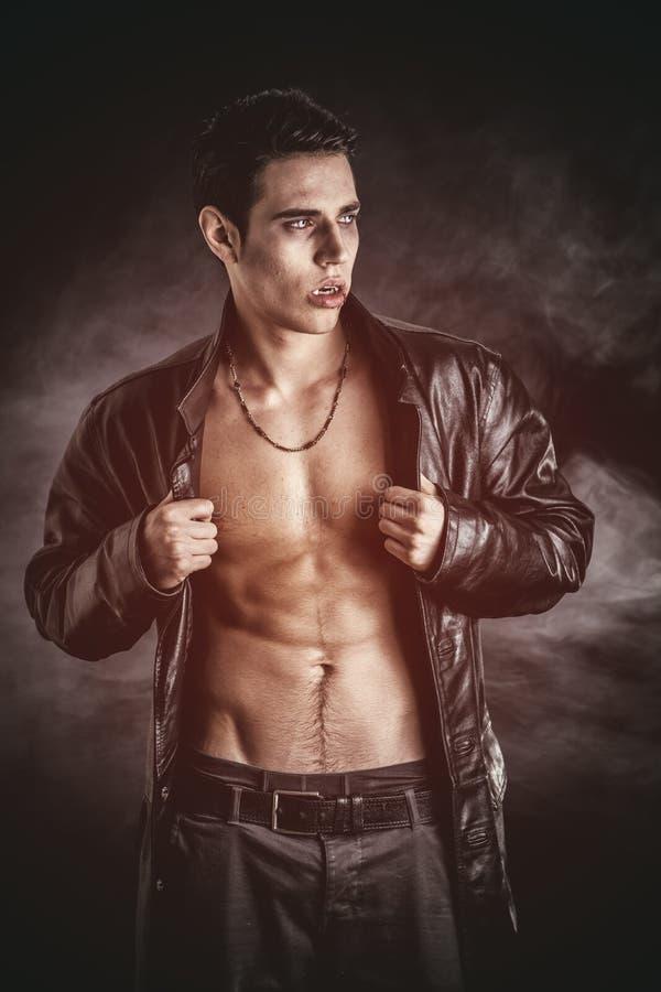Молодой человек вампира в открытой черной кожаной куртке стоковые фото