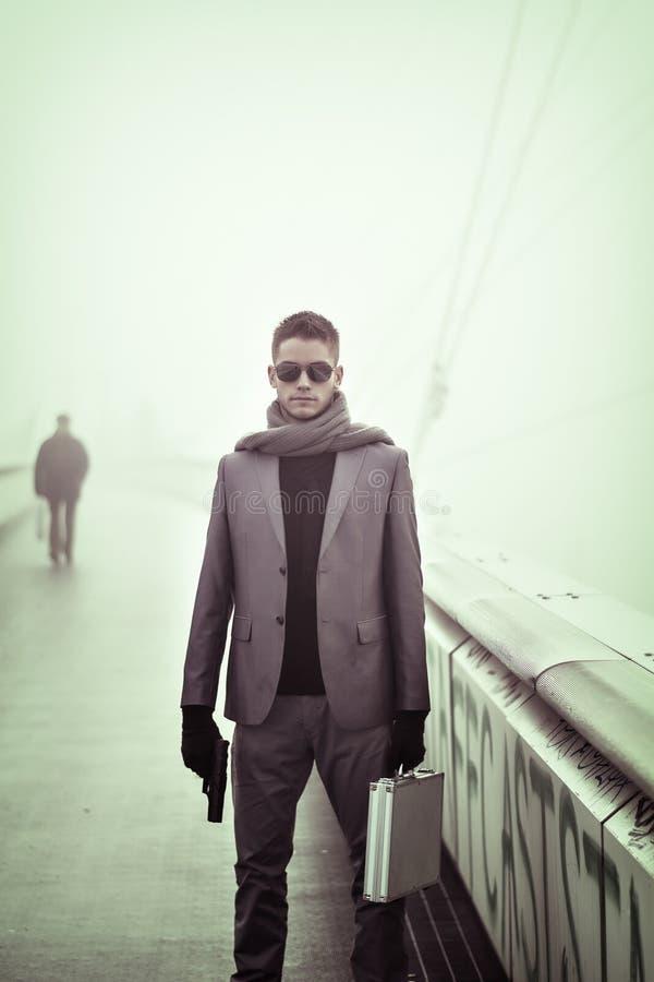 Молодой человек внешний в моде зимы стоковая фотография