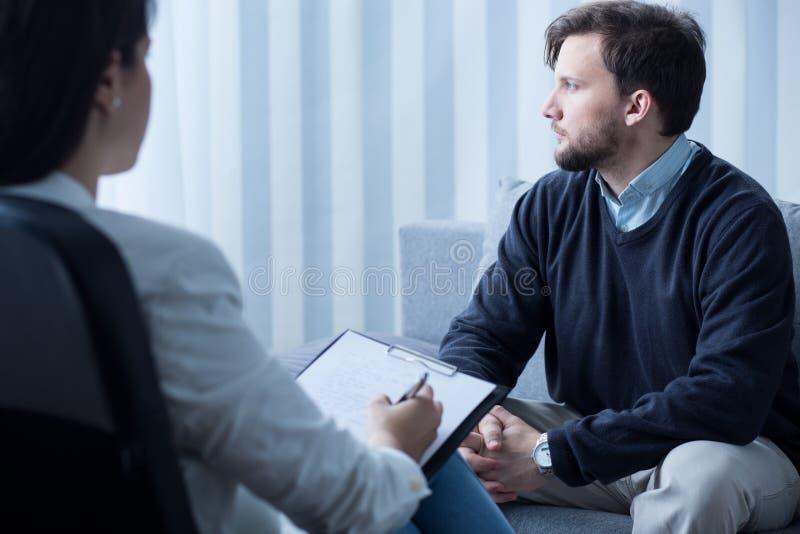 Молодой человек во время психологической терапии стоковое изображение