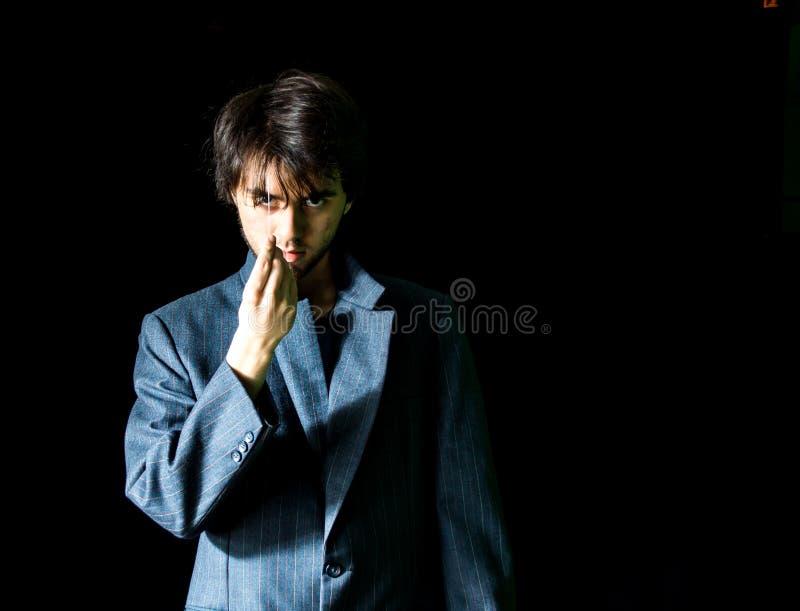 Молодой человек в выведенной куртке костюма - стоковое изображение rf