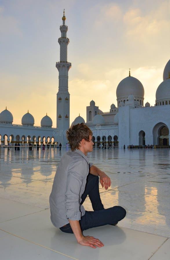 Молодой человек в мечети стоковые фото