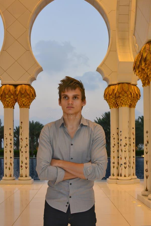 Молодой человек в мечети стоковое фото rf