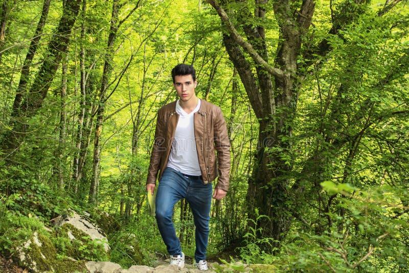 Молодой человек в сочном зеленом пейзаже горы стоковые изображения rf