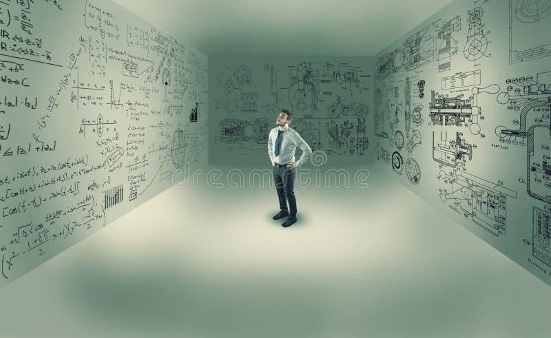 Молодой человек в центре комнаты стоковые фотографии rf