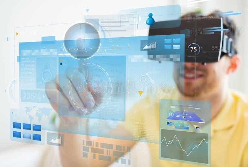 Молодой человек в шлемофоне виртуальной реальности или стеклах 3d стоковое изображение rf