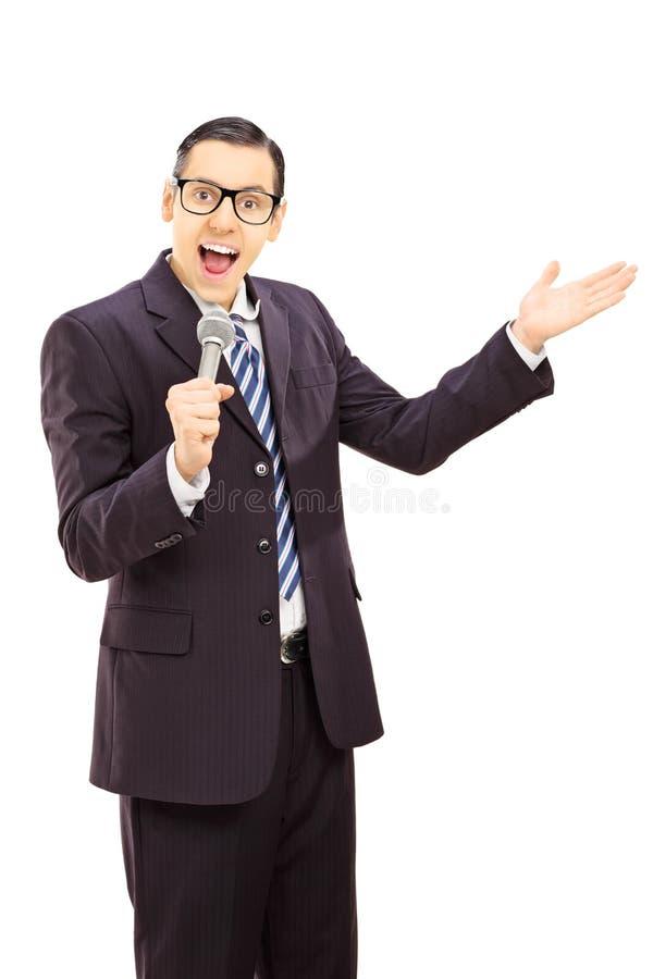 Молодой человек говоря в микрофоне и показывать стоковые изображения
