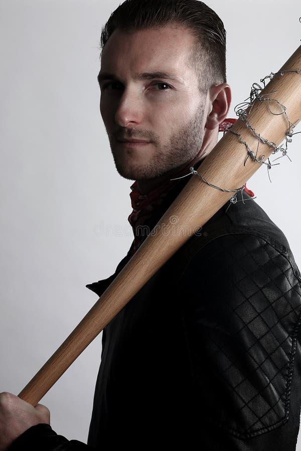 Молодой человек держа бейсбольную биту стоковые фотографии rf