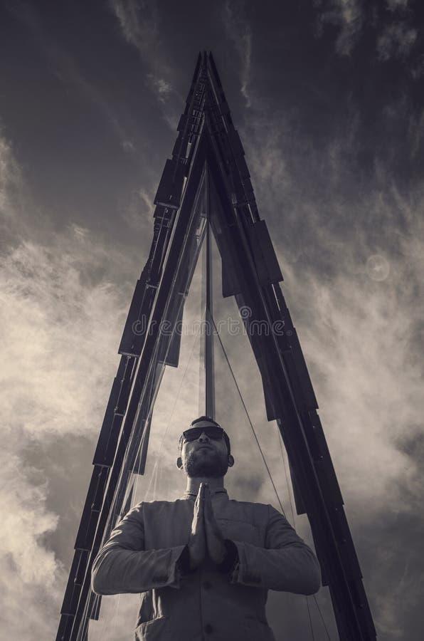 Молодой человек дела с современным зданием в заднем и ясном небе стоковое фото rf